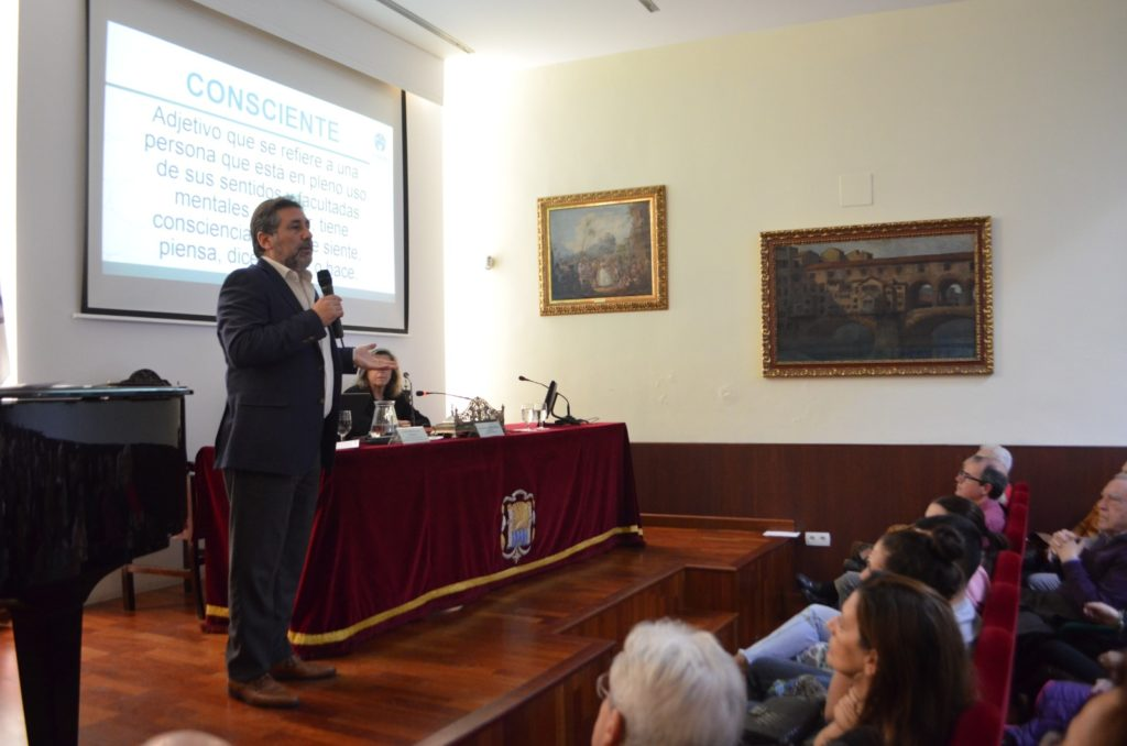 El director de Centro Psicosanitario Galiani y psicólogo, José Antonio Galiani, durante la charla en el Ateneo.
